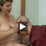 高齢の太っている母親は息子を誘惑するw